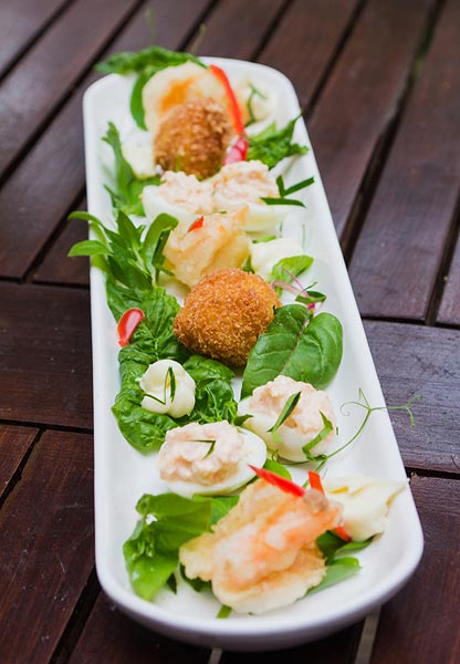 oua de prepelita umplute, creveti tempura, maioneza wasabi, oua in crusta