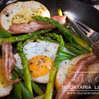 mic dejun cu leurda sparanghel ou pancetta
