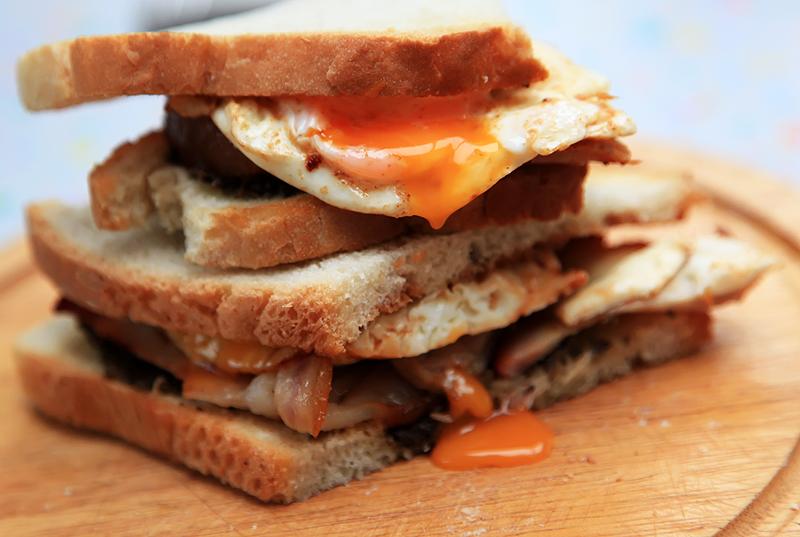 sandwich cu bacon si ou reteta